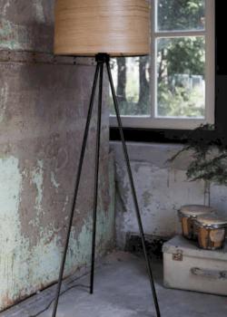 Vloerlamp Woodland is een sierlijk, slank en toch stevig gemaakt. Hij is ontworpen met essenhout en staat op een gelakte ijzeren statief.