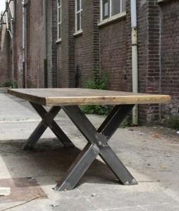 Landelijke eiken tafel met kruispoot