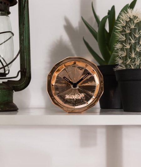 Leuke decoratie foto van deze koperen klok