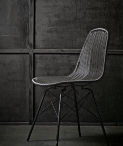 Zwarte stoel bij een zwarte achtergrond