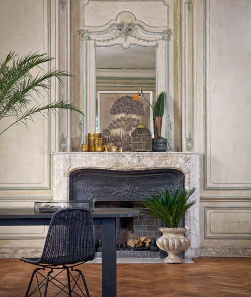 leuke sfeerfoto met deze mooie stoel voor een zwarte openhaard