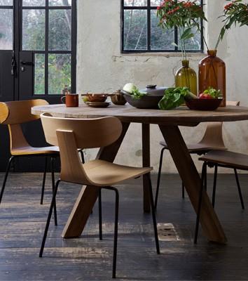 Form houten stoel met metalen poot naturel